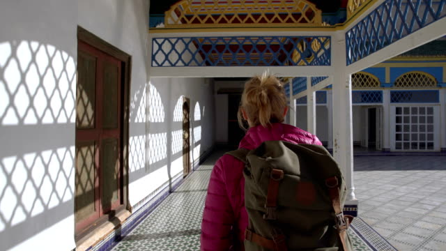 oriental portico main courtyard. - турист с рюкзаком стоковые видео и кадры b-roll