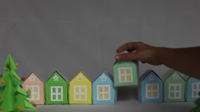 vidéos et rushes de calendrier de l'avent origami. miniature avec des maisons d'arbre de noël et de papier, artisanat saisonnier - calendrier de l'avent