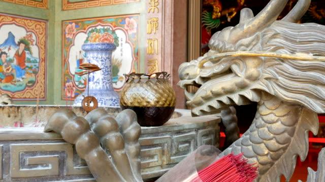 çin tarzı özgün şamdan. bir ejderha ve yanan bir mum yakın bronz heykeli - hiroshima stok videoları ve detay görüntü çekimi