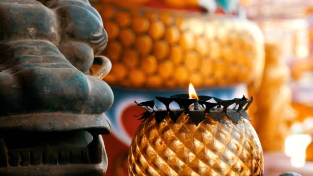 中国スタイルのオリジナル燭台。龍と近く非常に熱い蝋燭の銅像 - 竜点の映像素材/bロール