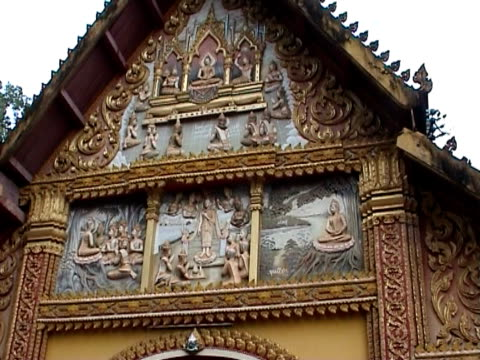 украшенный храм в луанг prabang - элемент здания стоковые видео и кадры b-roll