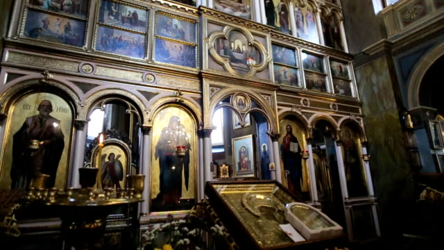 ortodoks kilisesi. hıristiyanlık, kilise ışıklı mumlar, simgeler - vatikan şehir devleti stok videoları ve detay görüntü çekimi