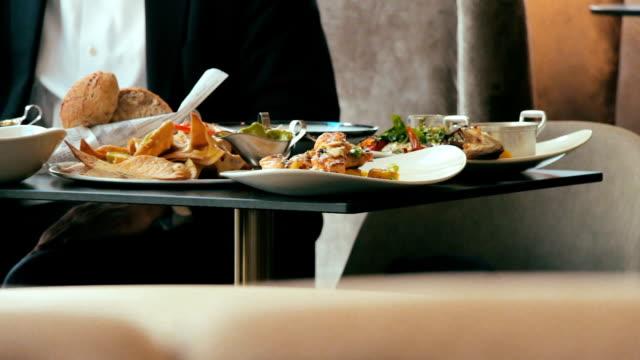 vidéos et rushes de personne religieuse orthodoxe, manger dans un restaurant - banquet