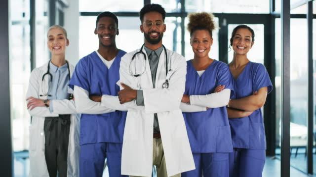 mutluluğumuz sizin sağlıkınız. - cerrahi önlük stok videoları ve detay görüntü çekimi