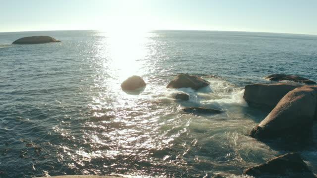vídeos de stock, filmes e b-roll de nosso amor é tão profundo quanto o oceano - penedo
