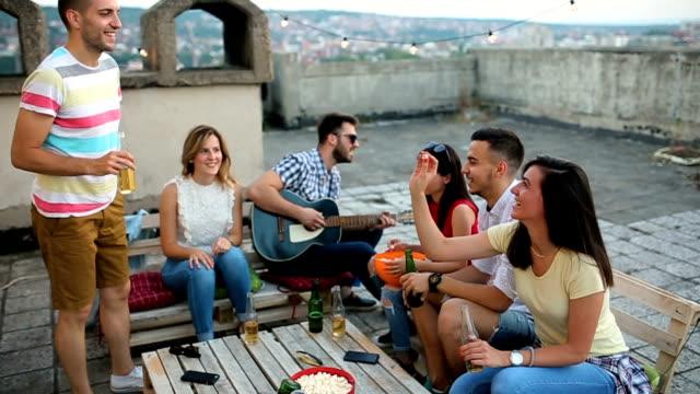屋上パーティー - おやつ点の映像素材/bロール