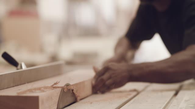 vídeos de stock, filmes e b-roll de nossa madeira é um corte acima do resto - wood