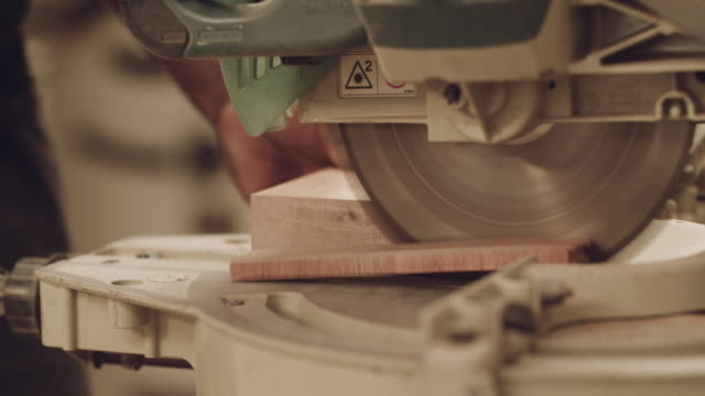 unser holz macht den schnitt jedes mal - kreissäge stock-videos und b-roll-filmmaterial