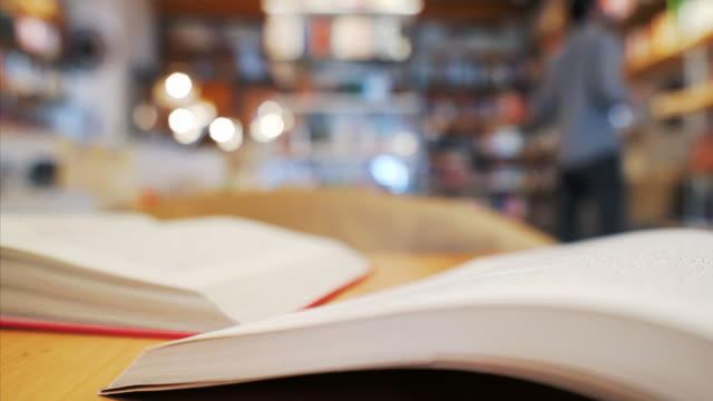 vídeos de stock, filmes e b-roll de biblioteca de foco. - bibliotecas