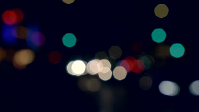 vídeos de stock, filmes e b-roll de fora das luzes da cidade da noite do foco. - desfocado foco