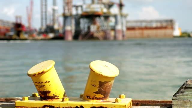 石油掘削装置の焦点距離で - 錆びている点の映像素材/bロール