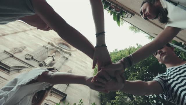vidéos et rushes de sortir avec des amis dans la ville - communion
