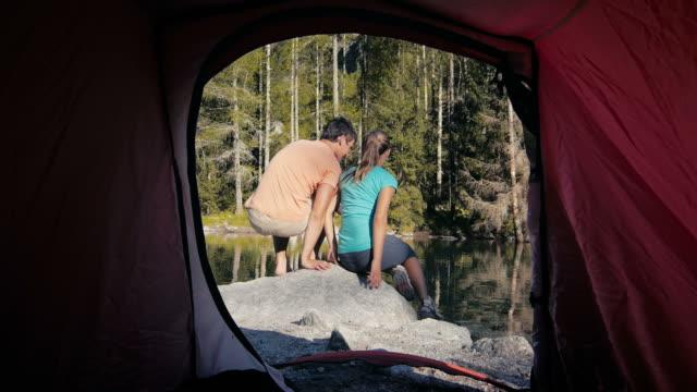 aktivitäten im freien, junges paar camping mit zelt in der nähe von mountain lake - ferienlager stock-videos und b-roll-filmmaterial