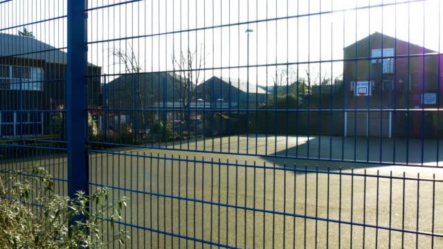 晴れた日にフェンスの後ろに、屋外のバスケット ボール コート - スポーツ用品点の映像素材/bロール