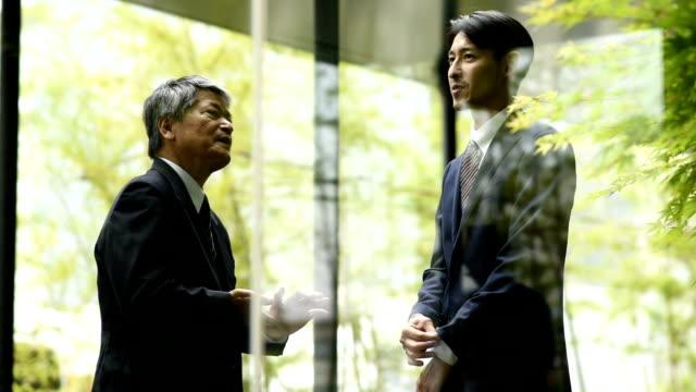 屋外のビジネスミーティング - ビジネスマン 日本人点の映像素材/bロール