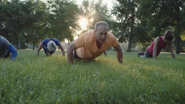 stockvideo's en b-roll-footage met 4k slo mo: outdoor fitness - oudere volwassenen