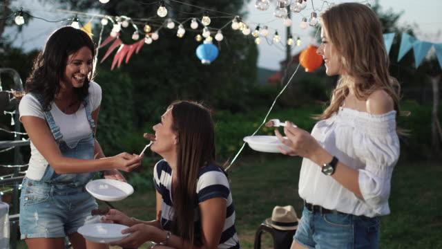 vídeos y material grabado en eventos de stock de fiesta al aire libre - fiesta en el jardín