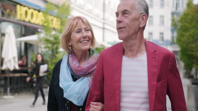 stockvideo's en b-roll-footage met outdoor portret van ontspannen kaukasische senior vrienden - men blazer