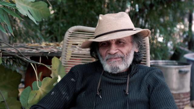 vídeos de stock e filmes b-roll de outdoor portrait of smiling senior man in hat 4k - reis magos