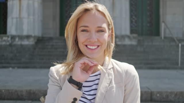 kaygısız kadın hukuk öğrencisi açık portre video - sarı saç stok videoları ve detay görüntü çekimi
