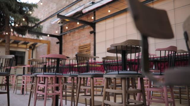 pub na świeżym powietrzu bez ludzi - mebel do siedzenia filmów i materiałów b-roll