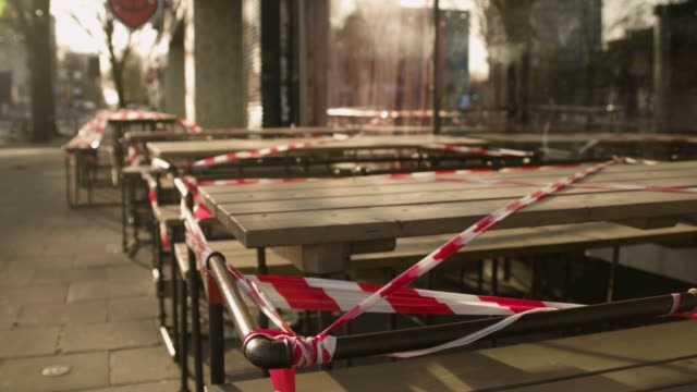 stockvideo's en b-roll-footage met outdoor restaurant tafels met barricade tape in hamburg - lockdown