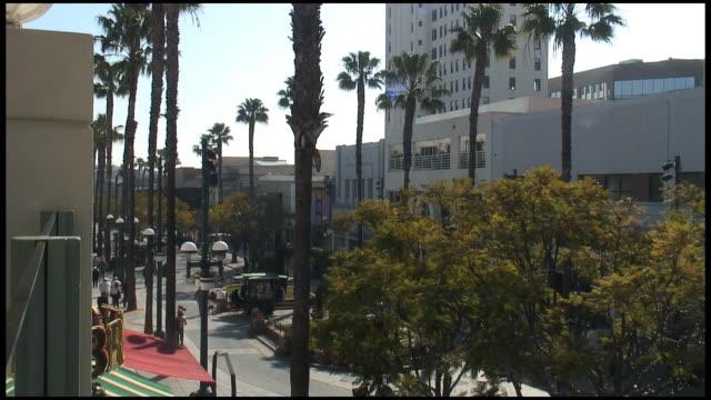 hd: outdoor-einkaufszentrum, street promenade - establishing shot stock-videos und b-roll-filmmaterial
