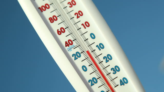 stockvideo's en b-roll-footage met outdoor thermometer against blue sky climbing temperature - thermometer