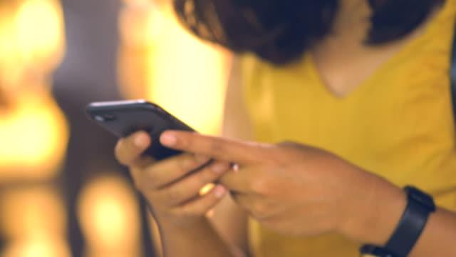 utomhus: skriva telefon - telefonmeddelande bildbanksvideor och videomaterial från bakom kulisserna