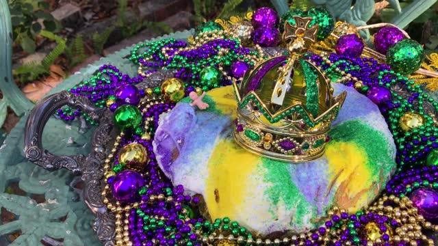 vidéos et rushes de extérieur mardi gras gâteau roi avec couronne et bébé minuscule - galette des rois
