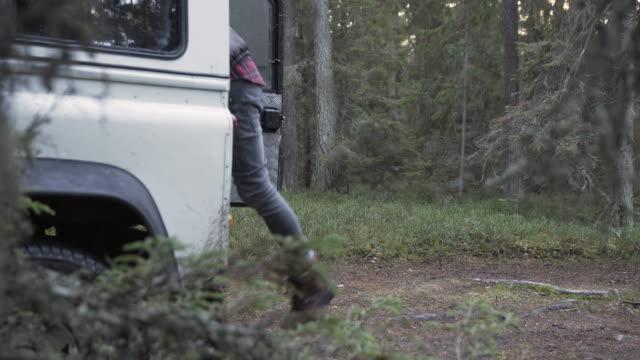 açıkhavaya adam işleme yakacak odun - şömine odunu stok videoları ve detay görüntü çekimi