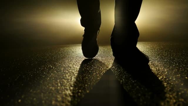 konturerna av mannen som står framför en bil i mörker. på natten med skuggor och motljus. - kriminell bildbanksvideor och videomaterial från bakom kulisserna