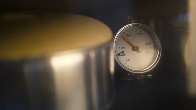 stockvideo's en b-roll-footage met oven temperatuur bak cake, thermometer op de oven kachel werken in de bakkerij winkel - thermometer