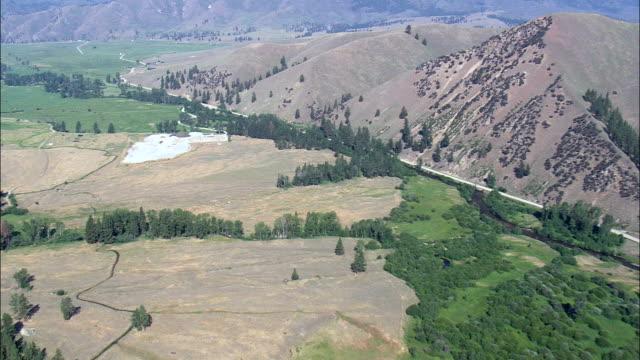 スラ - 空中写真 - モンタナ州・ ラヴァリ郡に向かって丘をヘリコプター撮影、航空ビデオ、cineflex、エスタブリッシング ・ ショット、アメリカ合衆国 - 水鳥点の映像素材/bロール