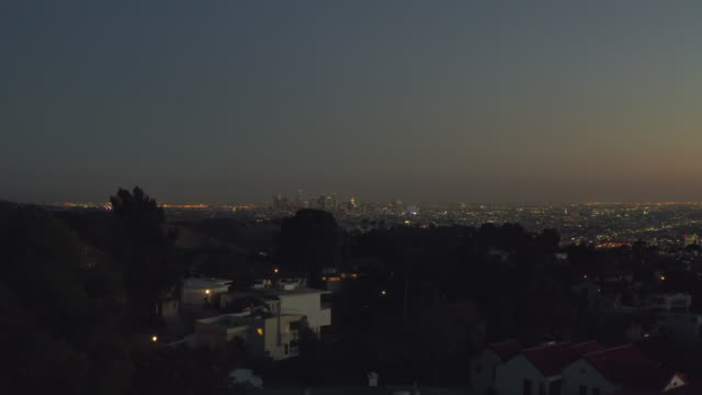 vídeos de stock e filmes b-roll de aerial: over hollywood hills at night with view on downtown los angeles view // - mansão imponente