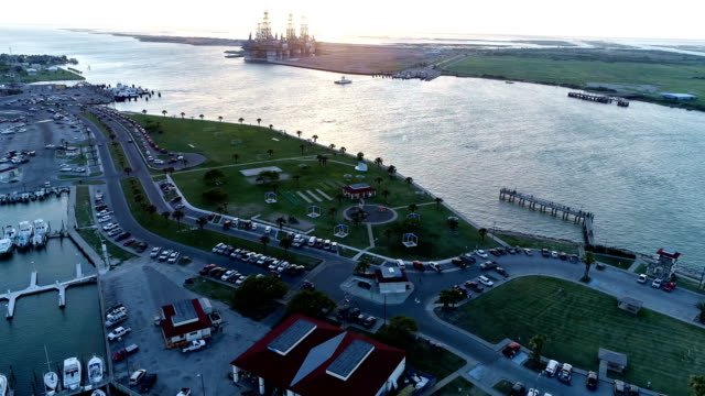 oltre port aransas passando canale attraverso padre island , texas - baia video stock e b–roll
