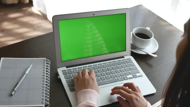 omzunun üzerinden yeşil ekran ile dizüstü bilgisayar kullanarak görüntülemek, dolly zoom - optik yaklaştırma stok videoları ve detay görüntü çekimi
