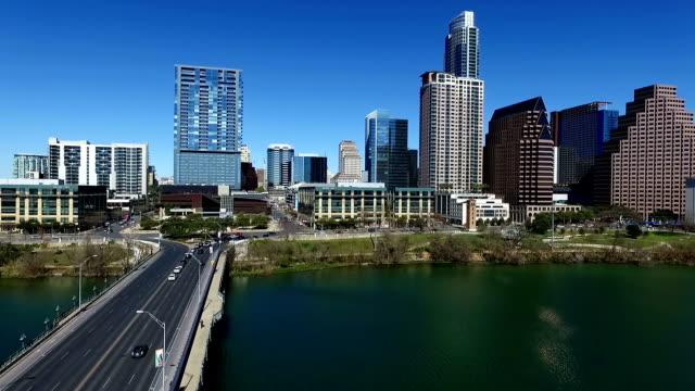 oltre città lago austin texas con una prospettiva in prima avenue ponte di austin skyline 2016 con un bel cielo blu - 2016 video stock e b–roll