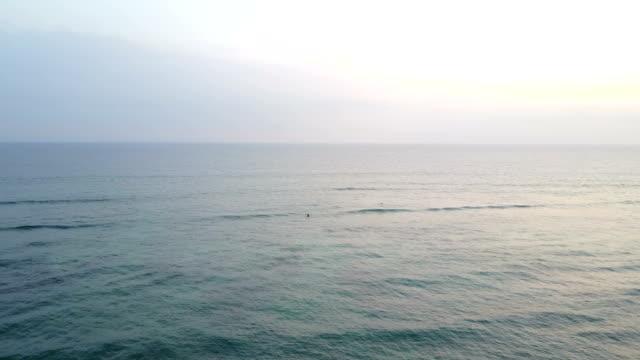 vídeos de stock e filmes b-roll de overcast sky over ocean off coast of maui island - oceano pacífico