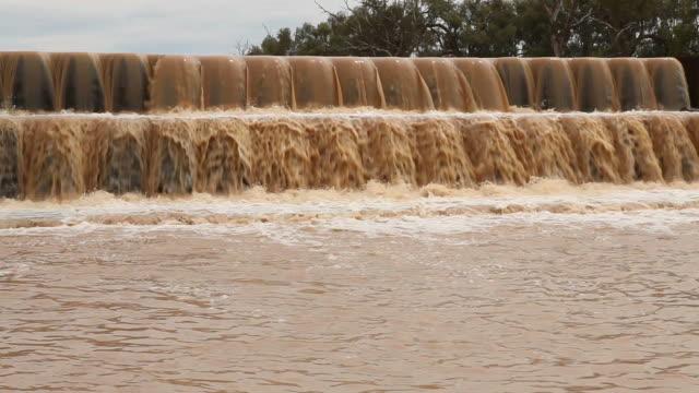 フォーム雨洪水オーバーフロー - 土手点の映像素材/bロール