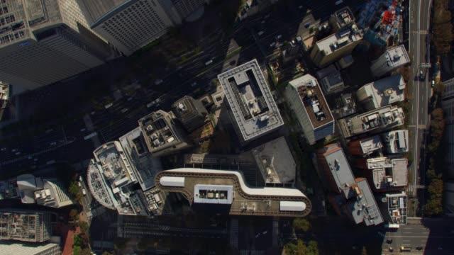 東京都新宿区のダウンタウンの建物のオーバーヘッド眺め. - 東京点の映像素材/bロール