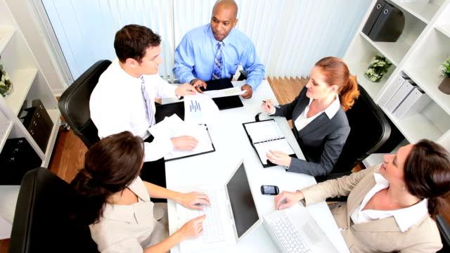 vidéos et rushes de réunion de l'équipe au-dessus de la tête d'affaires - book