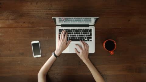 vídeos y material grabado en eventos de stock de arriba escritorio con ordenador portátil y la mujer las manos escribiendo - escritorio