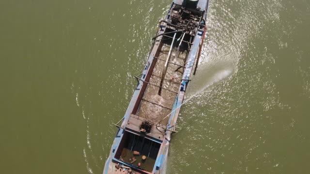 河川揚水河床砂における浚渫艇の頭上ドローン撮影 - はしけ点の映像素材/bロール