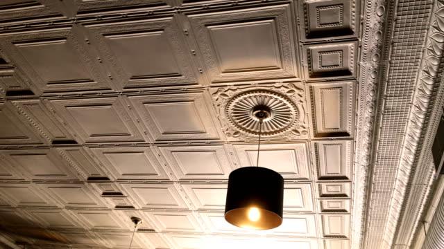 Luz de ouro de sobrecarga no restaurante vitoriana contra Belo tecto - vídeo