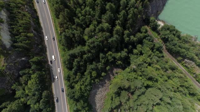 obenliegende straße reise antenne des autos reisen küste auf autobahn von klippen, meerwasser - vancouver kanada stock-videos und b-roll-filmmaterial