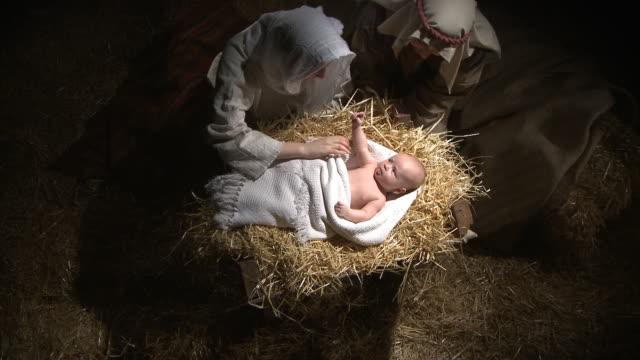 vídeos de stock e filmes b-roll de panorama filmagem do bebê jesus, maria e josé - cristo redentor