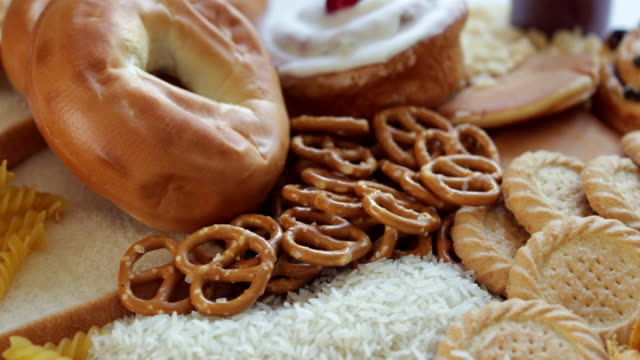 不健康なまたは悪い炭水化物を含む食品のオーバーヘッドショット - 食パン点の映像素材/bロール