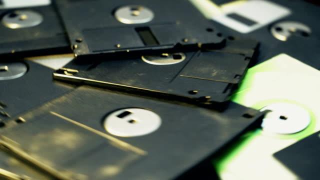 vídeos y material grabado en eventos de stock de la pila de toma de arriba de un disquete de 3,5 pulgadas de estilo antiguo girando - disquete