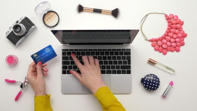 vídeos de stock e filmes b-roll de overhead top view footage of woman shopping online by cosmetics - going inside eye